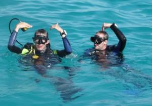 2 Taucher im Wasser